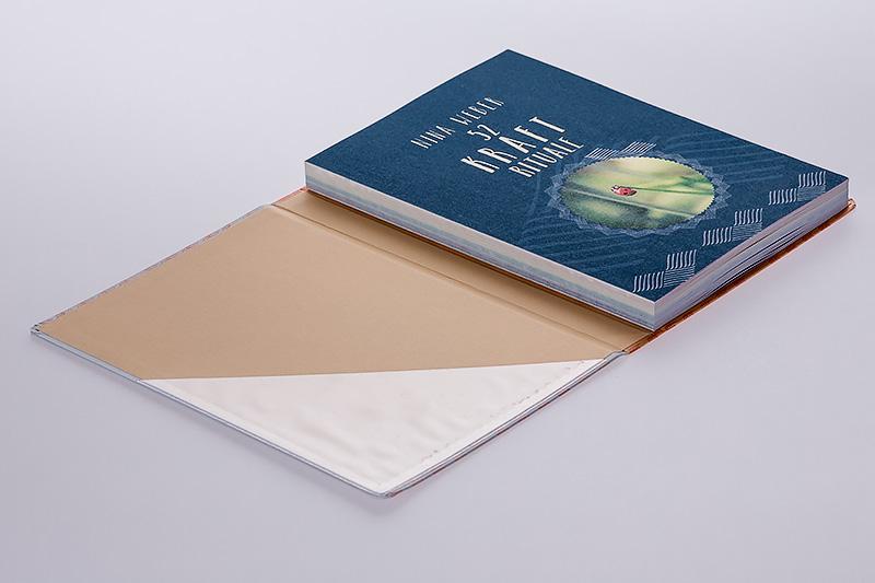 Gespiegelte Decke mit runden Ecken und Einstecktasche - Buchblock offen abgeleimt und auf 3. Deckelseite vollflächig eingehängt