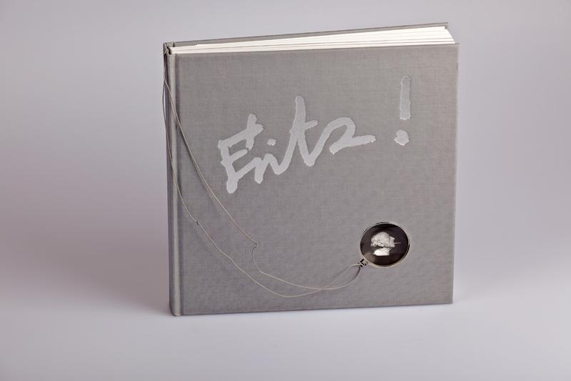 Buch mit integrierter, herausnehmbarer Lupe