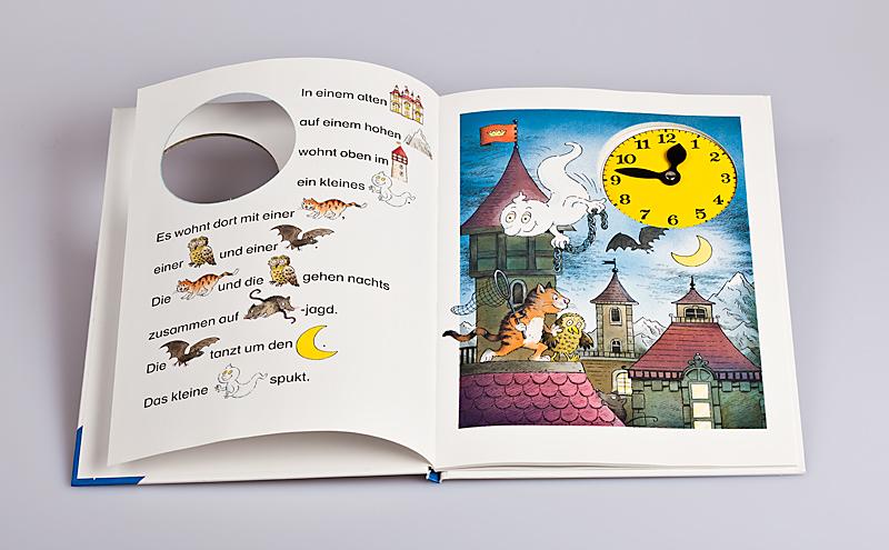 Kinderbuch mit Stanzung und eingeklebter Uhr